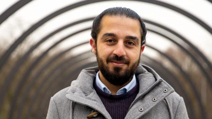 Un rifugiato siriano corre per il Bundestag
